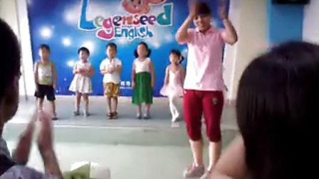 大妞在英语学校,小妞害羞跟着我不上去video-2013-06-29-18-45-2