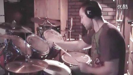 终于找到这个视频了,这哥们和活结鼓手有一拼啊~~