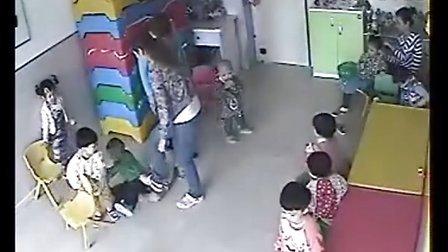 黑龙江双鸭山市金宝贝幼儿园老师脚踢幼儿