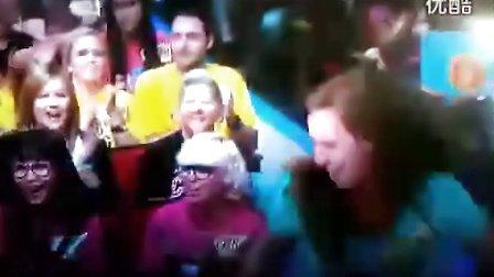 高兴过了头的女观众www.baimei.com