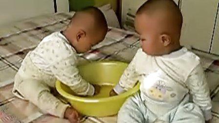 小哥俩专心致志吃*豆 最可爱双胞胎宝宝 小哥俩
