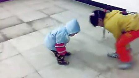 这是我儿子刚学走路时拍的