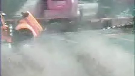 卡车过平交道口时被火车撞