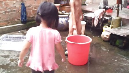 夏天农村的孩子洗澡
