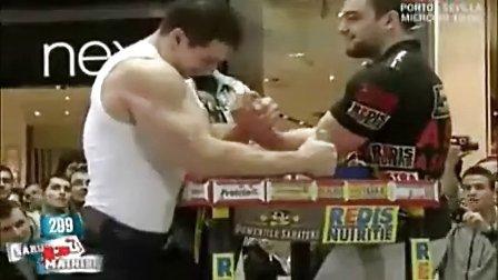 实拍!健美选手挑战职业选手掰手腕。肌肉多,不能说明力量优势。