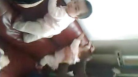 8个月婴儿搞笑爬沙发