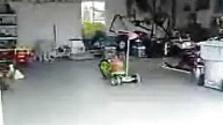 爆强!厉害的小孩三轮车超级飘移停车到位.