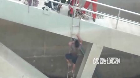 【拍客】实拍长沙两渔民被困湘江泄洪口现场 获救全程
