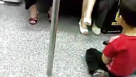 上海地铁线上的幼童乞丐