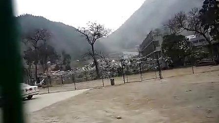 地震一年后北川中学校外一览