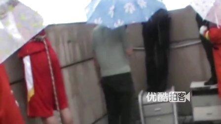 【拍客】现场实拍宜昌男子因债务问题欲跳楼被民警救下