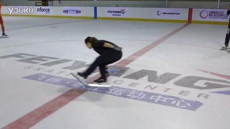 于虹教练在飞扬冰上运动中心给短道爱好者表演倒滑