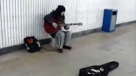 西单女孩:地下通道卖唱一夜成名