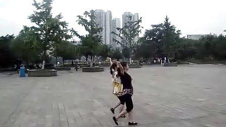 达州快乐广场双人舞采槟榔