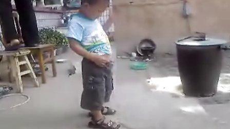 小帅哥学站立尿尿
