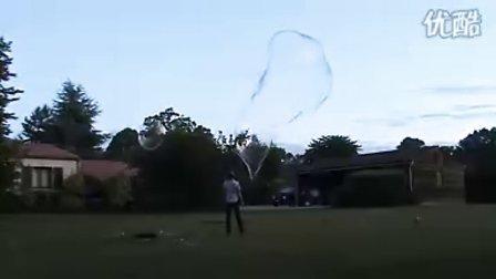 男子公园制造巨型肥皂泡