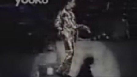 迈克尔杰克逊 吉隆坡演唱会现场SHOW顶级太空舞.mp4