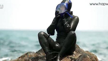 女潜水员穿潜水服