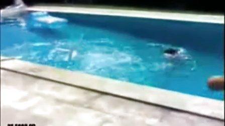 实拍自制跳水失误招尴尬