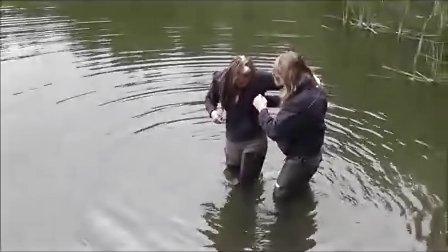 姑娘穿高筒防水靴