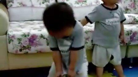 双胞胎宝宝两兄弟在玩小龙虾4
