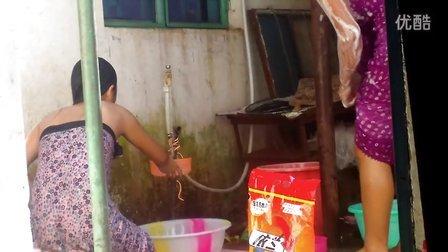 缅甸美女洗澡