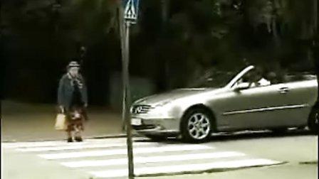 老太过马路