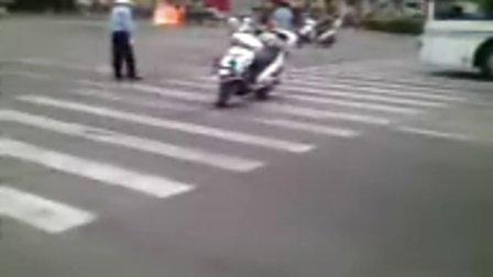 青浦世纪联华大卖场前一轿车自燃
