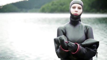 女潜水员穿干式潜水服