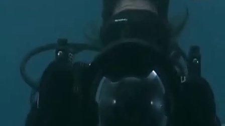 女潜水员水下遇险