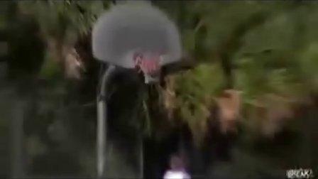 男子最新超变态进球!篮球界的神!