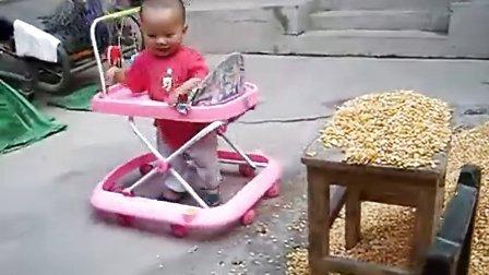 090902李俊利儿子李昀朔在院子玩玉米粒