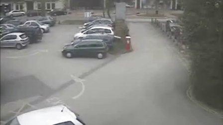 监控记录小区门卫砸车恶搞