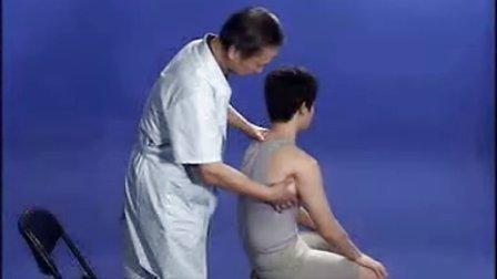 推拿按摩:抱揉肩周(由北京成人按摩培训学校提供)