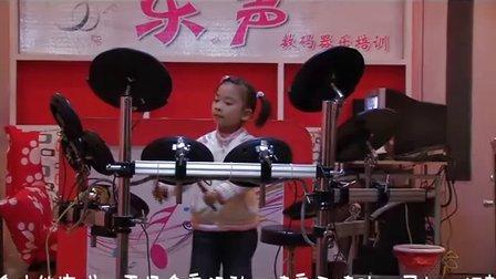 5岁小美女甜甜电子鼓表演