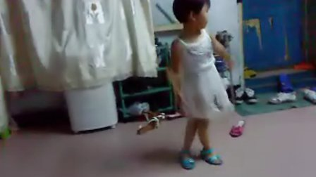 露屁股小女孩跳舞