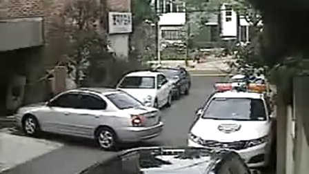 监控记录新手失误撞到警车