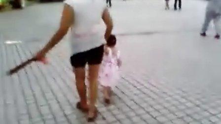 穿裙子的小女孩