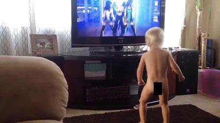 【猴姆独家】笑裂!2岁小baby光屁屁随布兰妮的Work Bitch mv热舞