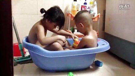 姐弟俩一起洗澡