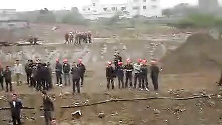 这段视屏是四川省绵阳市三台县当地政府请黑社会上的人欺压百姓