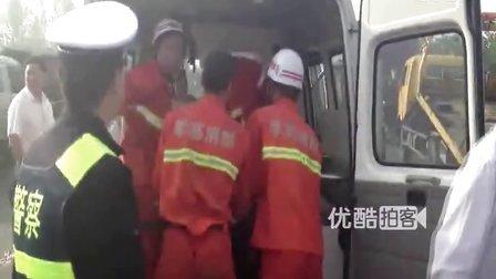 【拍客】小轿车被两大货车挤成废铁 2死6伤