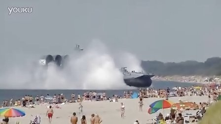 俄罗斯海军气垫船在军演中冲上游泳人群密集的海滩