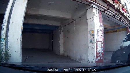 路边停车好像碰到什么