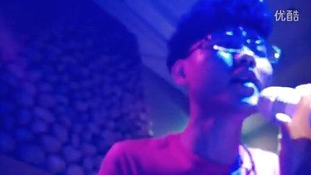 【拍客】现场演出 摇滚版 爱要坦荡荡【创意歌手郑冰冰】