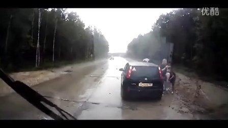 车祸惊魂 Car hits a little boy peeing on the road