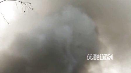 【拍客】武汉新农牛肉加工厂突发大火 过火面积达三千平