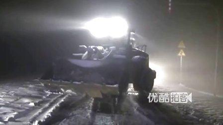 【拍客】新疆哈密暴风雪阻断交通 气温骤降一夜入冬