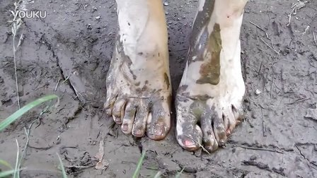 女孩光脚踩泥
