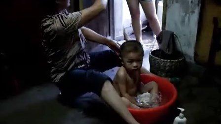 儿子在洗澡和女儿自己在玩耍—亲子—视频高清在线观看-优酷